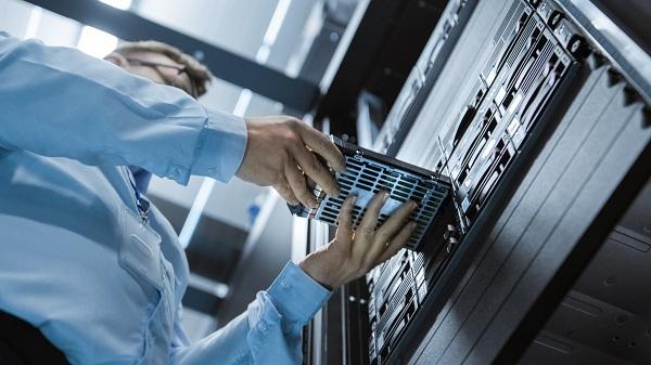Сервисный инженер заменяет оборудование в стойке